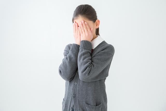 顔を隠す女子高生.jpg